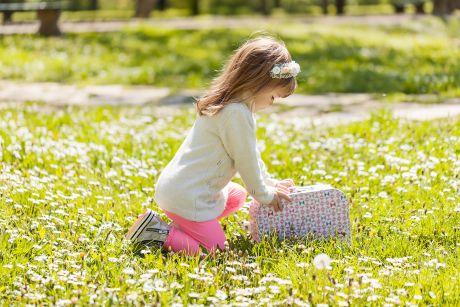 Portret devojcice u prirodi-proleće